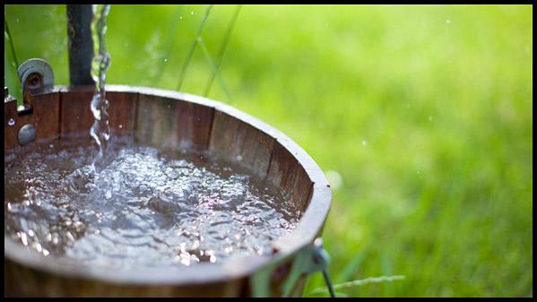voda tečie do džberu