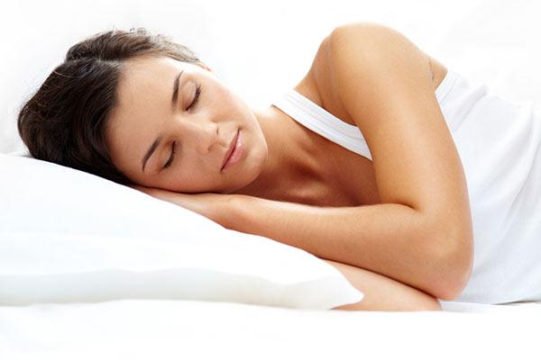 Žena spiace na vankúši