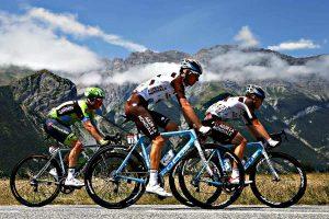 Pretekársky cyklisti na horách